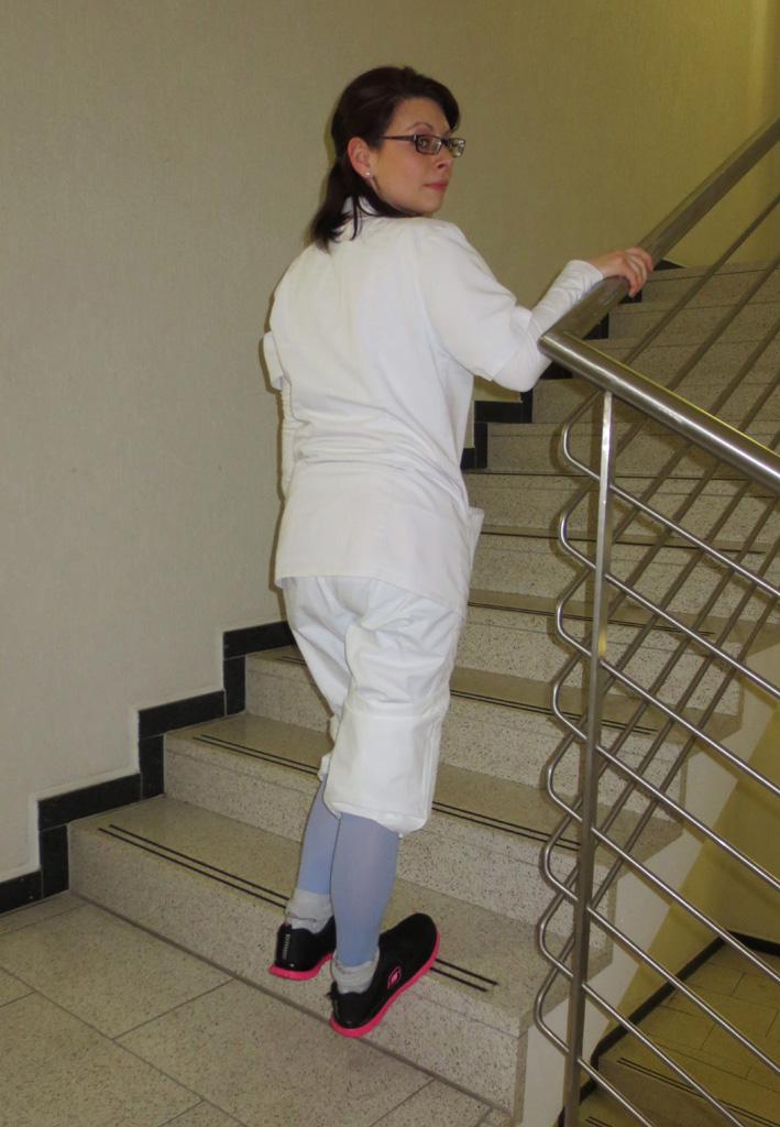 Schritt 4: Drücken Sie sich mit dem Bein der gesunden Gegenseite wieder hoch!
