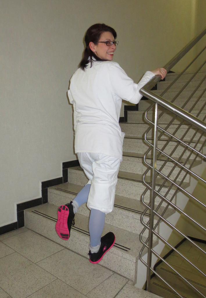 Schritt 3: Lassen Sie sich auf dem belasteten Bein herunter: Dadurch werden die Wade und die Achillessehne gedehnt